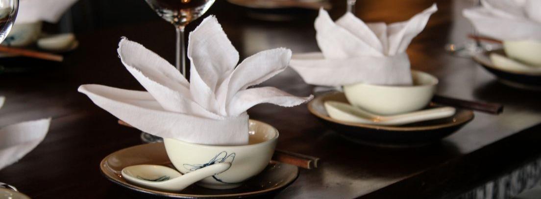 Decorar la mesa con servilletas