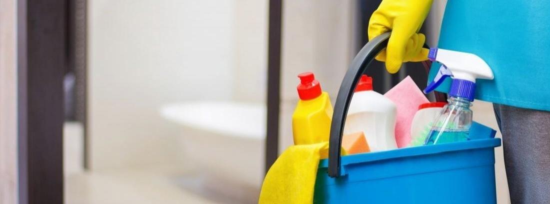 Cubo lleno de utensilios de limpieza
