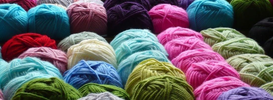 Varios ovillos de lana de colores