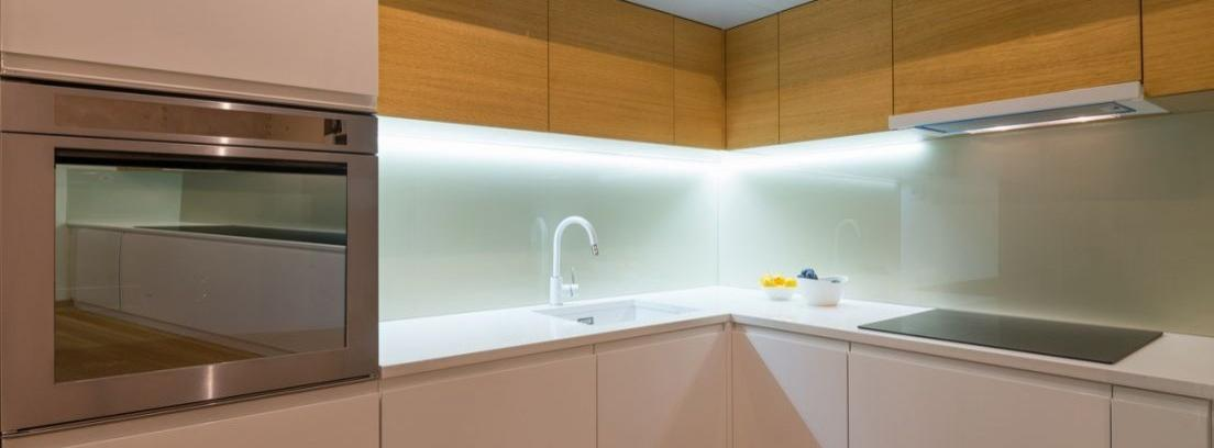 Instalar luz led en la encimera de tu cocina canalhogar - Luz para cocinas ...