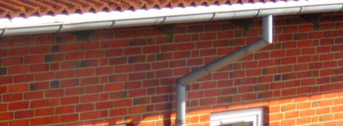 La instalación de un canalón en el tejado de casa