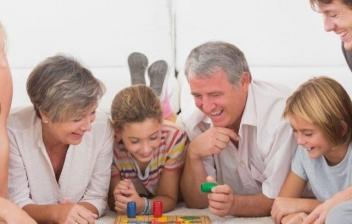 Familia jugando junta