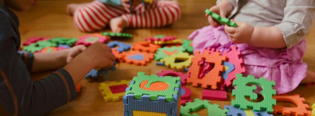 Niño jugando con Robot robi