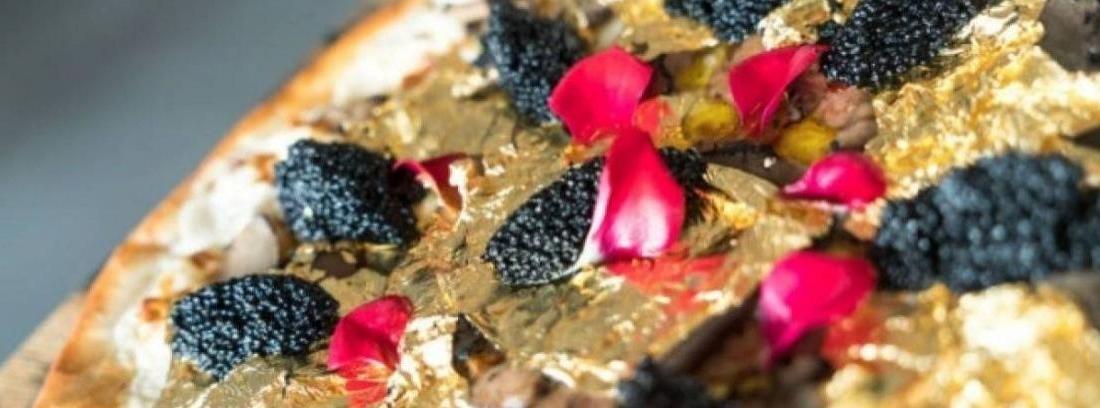 Vista cenital de pizza de caviar