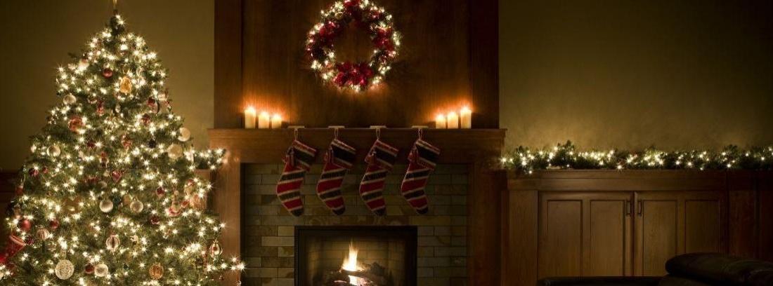 Habitación minimalista decorada en tonos neutros y maderas naturales con decoración navideña