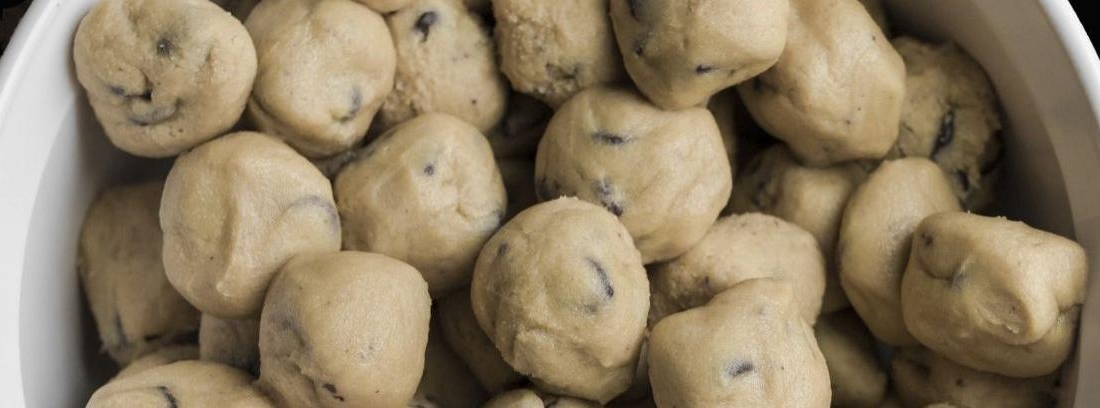 Bolas de masa de galleta con pepitas de chocolate
