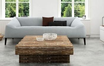 Sofá de bambú con cojines y una manta de pelo largo