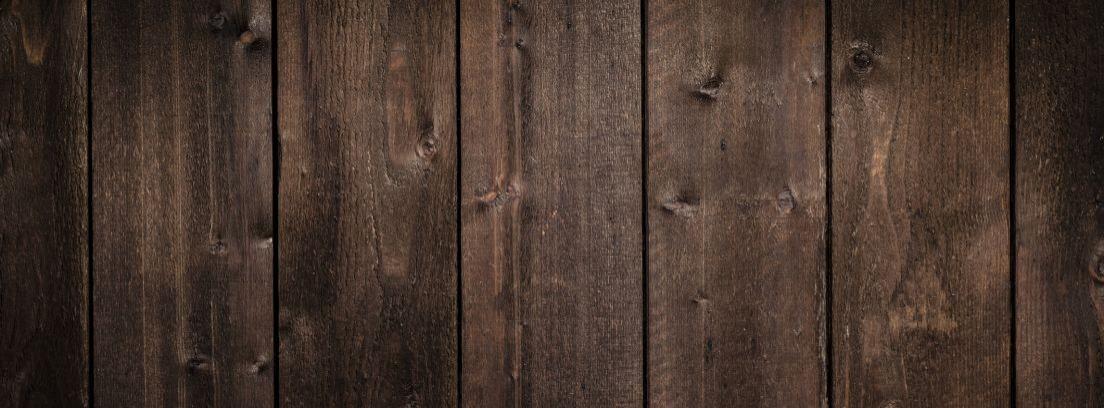 Pared de tablas de madera con una silla delante