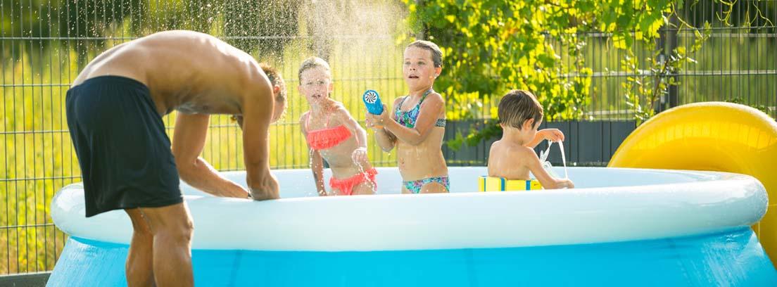 Un padre y sus hijos disfrutan de una piscina hinchable