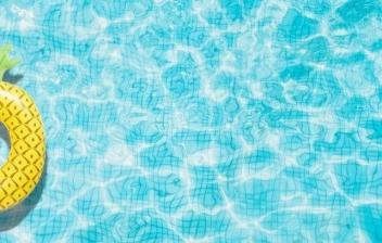 flotador amarillo en una piscina