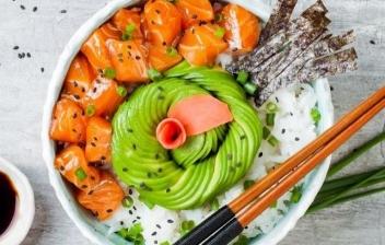 Cuenco sobre hoja verde con arroz