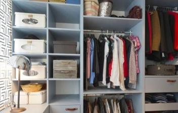 mujer eligiendo ropa