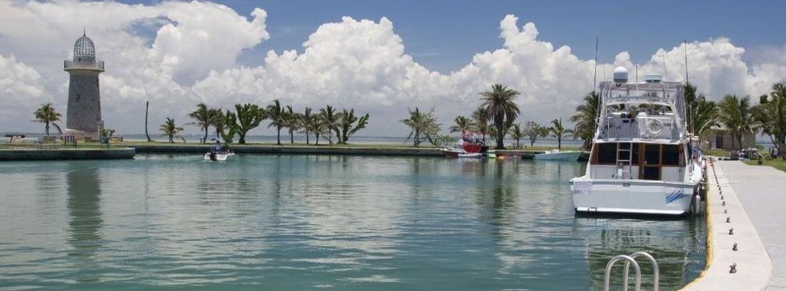 Vista de puerto deportivo y cubierta de un barco.