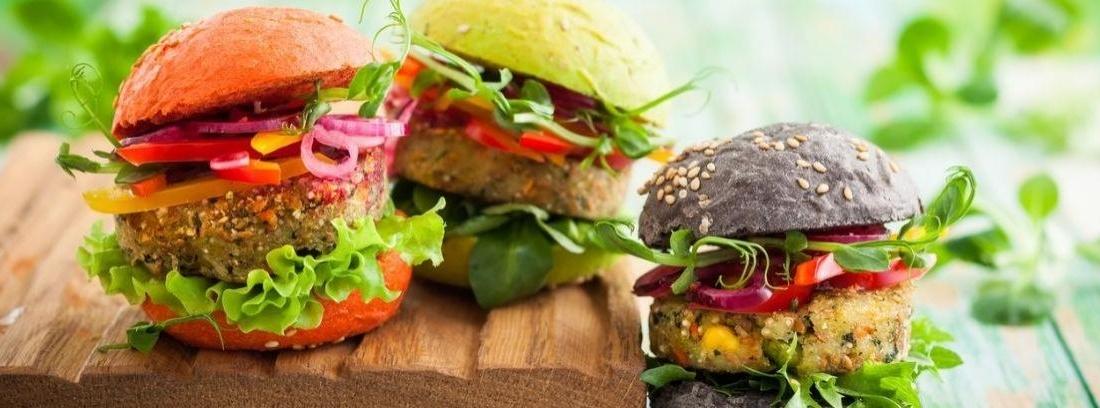 Tres hamburguesas de diferentes colores de Rainbow Burguer