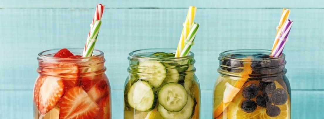 Vasos de agua con limón