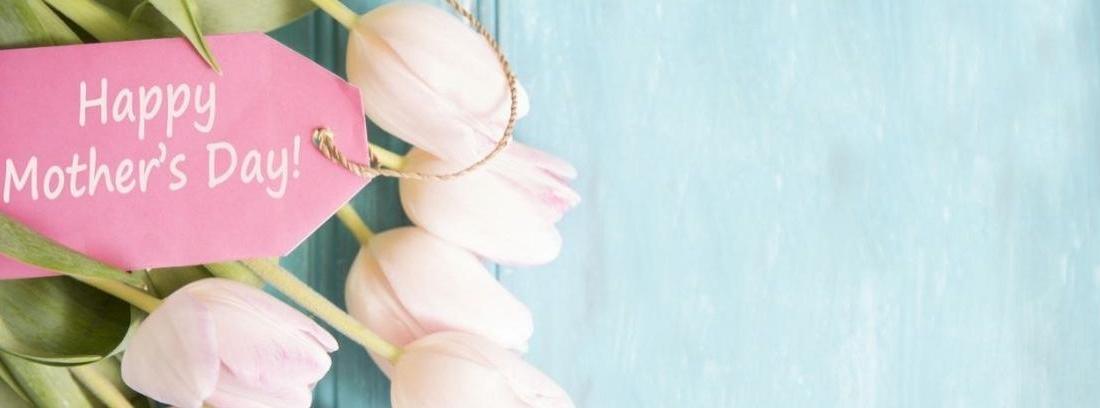 Jarron de metal con ramo de flores lilas con petalos esparcidos en el suelo