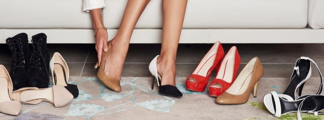 Diferentes pares de zapatos de tacón alineados
