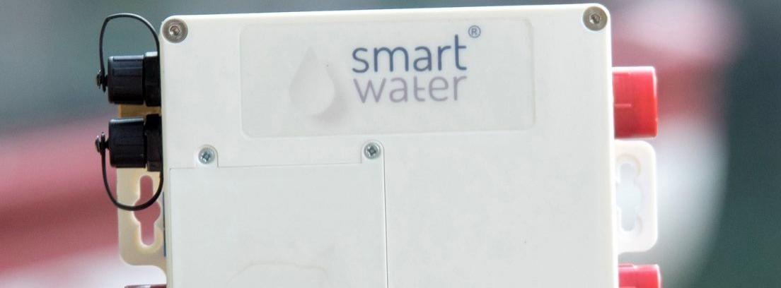 Persona lavándose las manos bajo de un grifo de agua