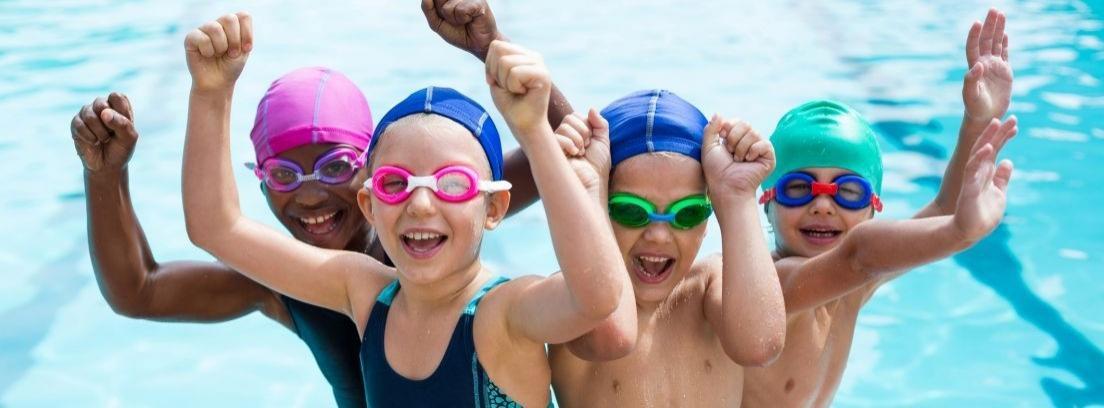 niños en el borde de una piscina
