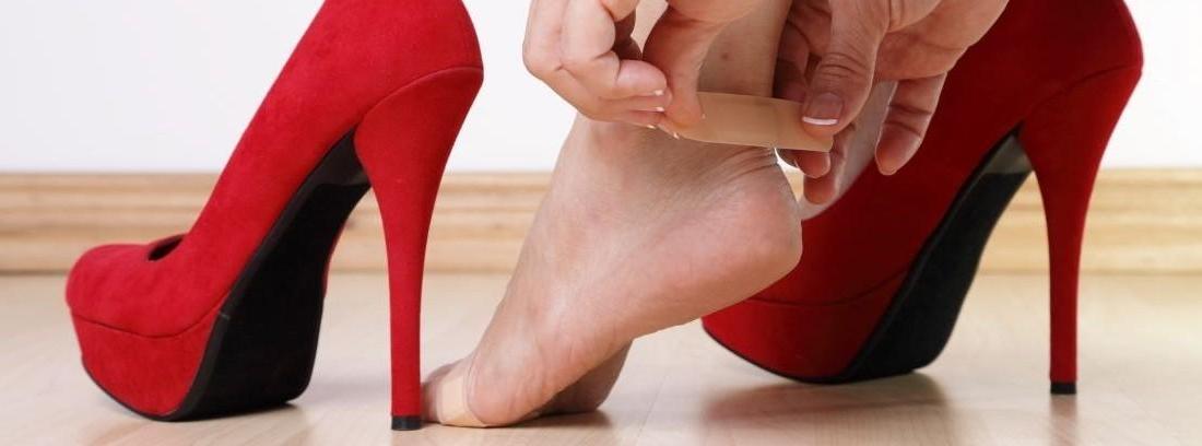 Una mujer se prueba zapatos