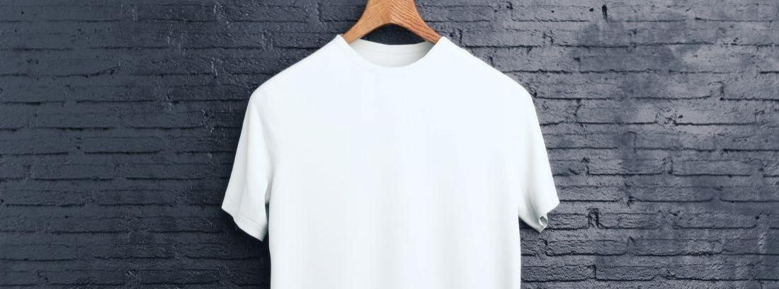 Camiseta blanca colgada en una percha sobre fondo negro