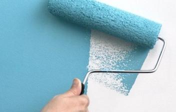 Rodillo pintando una pared rugosa