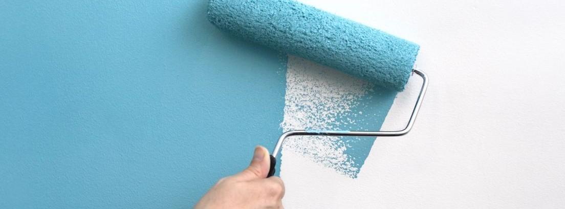 pintar paredes rugosas de color azul con rodillo