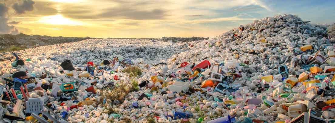 Toneladas de envases plásticos apilados en un vertedero
