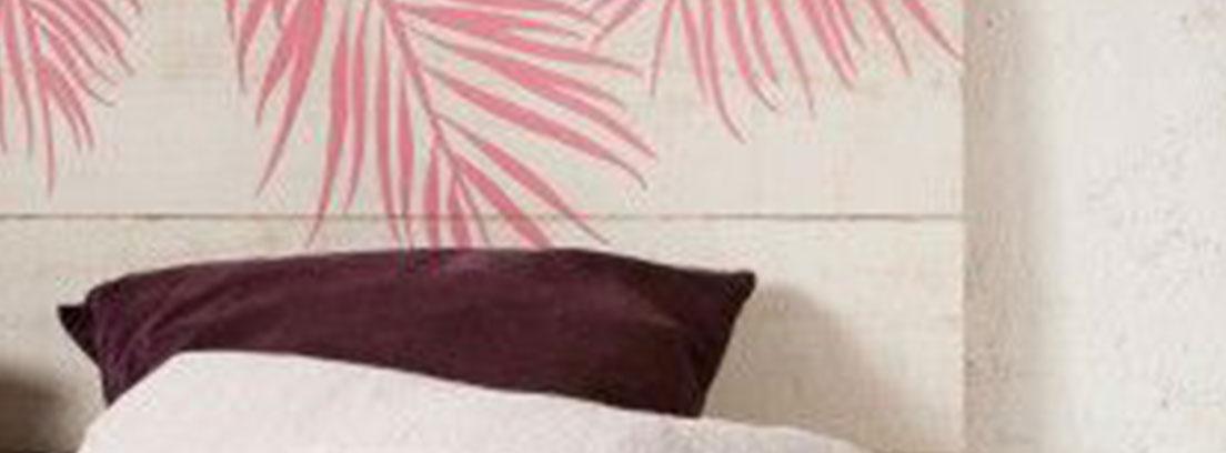 cabecero de palé pintado en blanco y rosa