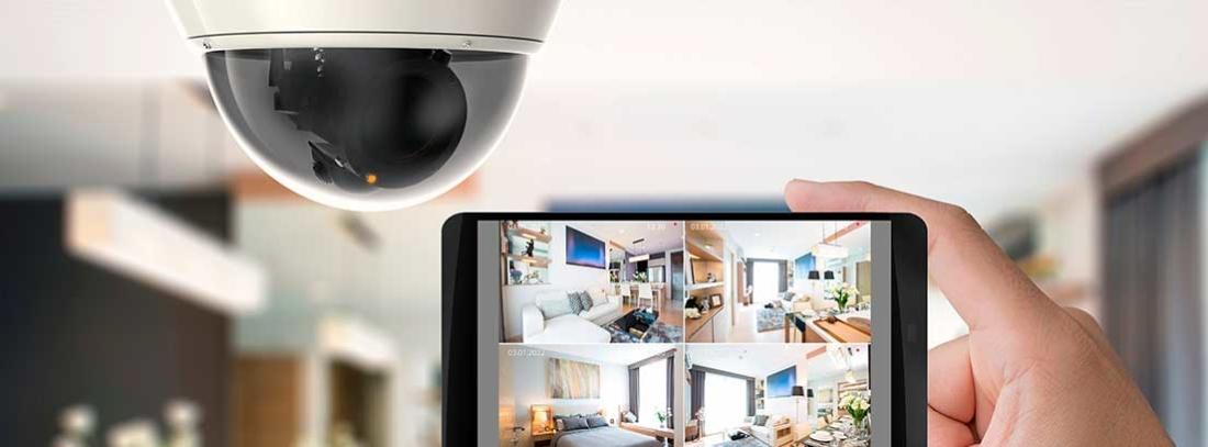 773a174e8c Seguridad en casa. Mano sosteniendo un móvil conectado a una cámara de  seguridad