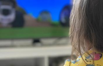 una niña viendo uno de los cortos para niños
