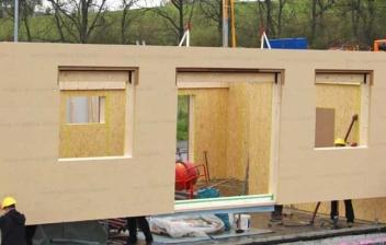 Operarios ensamblando una casa prefabricada