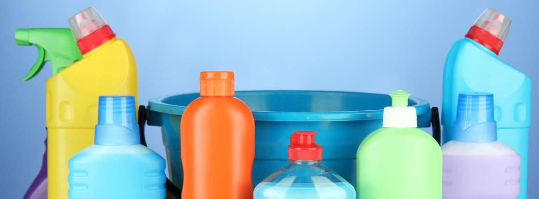 Bodegón de productos de limpieza imprescindibles