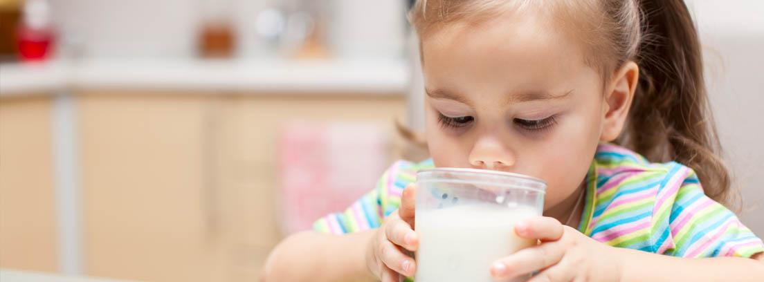 niña bebiendo un vaso de leche