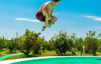 Niño saltando en un trampolín de piscina