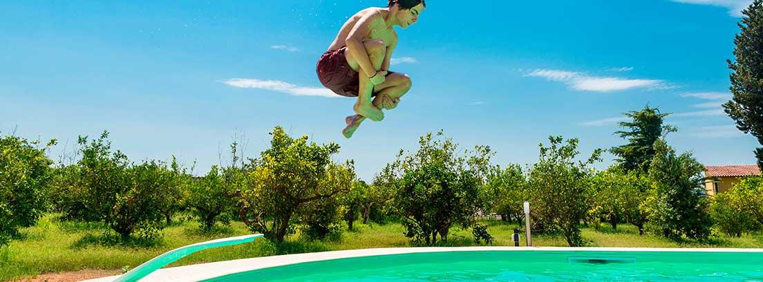 Toboganes y trampolines para piscinas