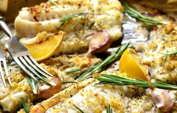bacalo fresco al horno con calabacín y cabolla