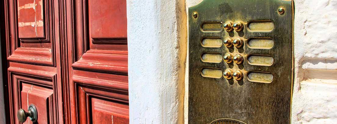 Puerta de madera con panel de timbres