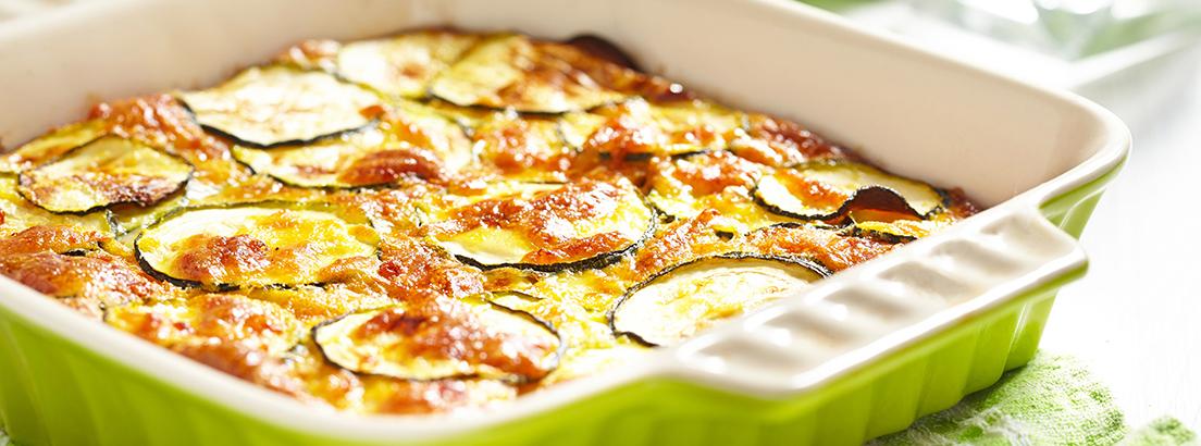 fuente con pepinos y queso con champiñones al horno