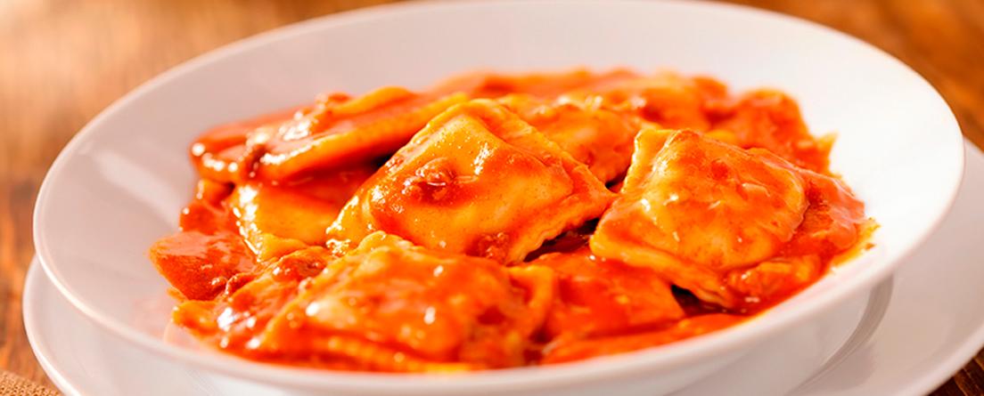 plato de raviolis con salsa bolognesa