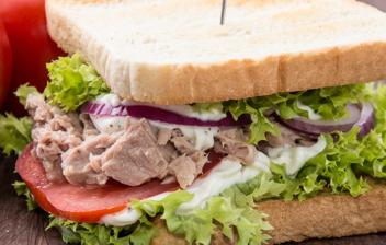 sandwich de lechuga, tomate, atún, cebolla y mayonesa