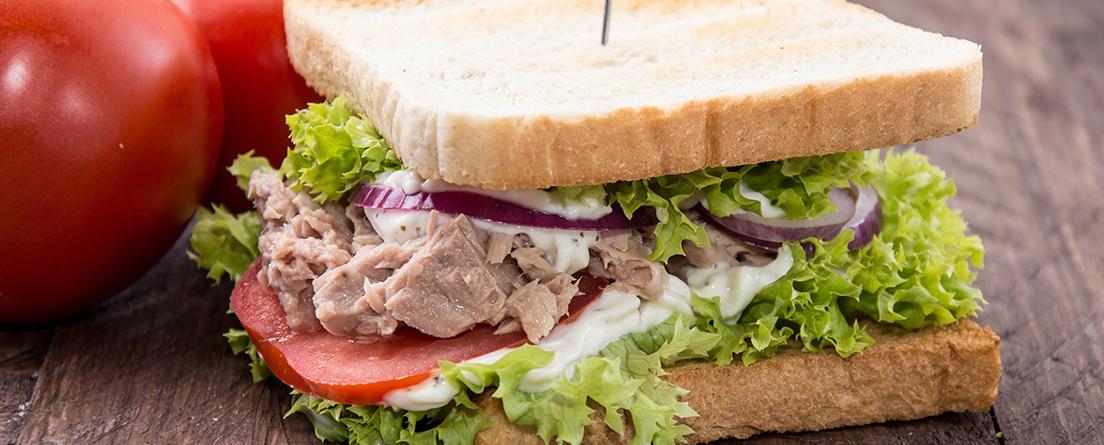 Sándwich Vegetal De Lechuga Tomate Huevo Y Atún