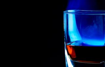 vaso con licor flambeado