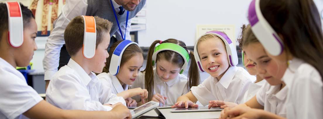 Los niños usan la tecnología para su educación.