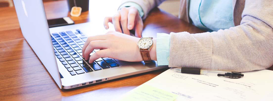 Un hombre usa una tablet, el cambio del uso de la tecnología en la educación.