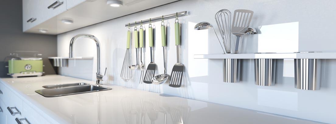 utensilios colgados en la pared y muebles de cocina