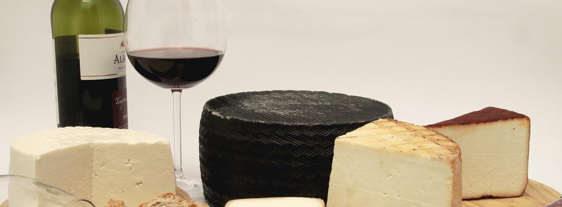 Maridaje de vinos con una tabla con quesos