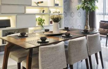 Habitación con lámpara, mesa y sillas en el centro