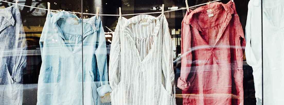 Cuerda con diferentes camisas de colores tendidas con pinzas