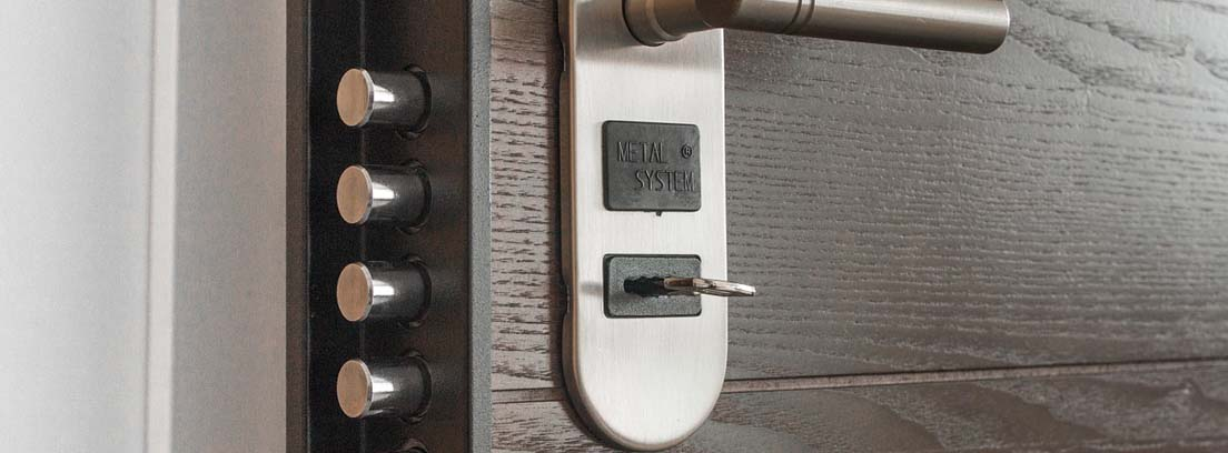 Puerta con manillar y llave metida en cerradura de seguridad